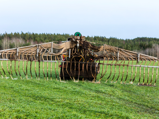 När biogödsel sprids ut på åkermark tillförs viktiga näringsämnen tillbaka till marken.
